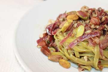 ricetta linguine alla curcuma con nocciole e pistacchi