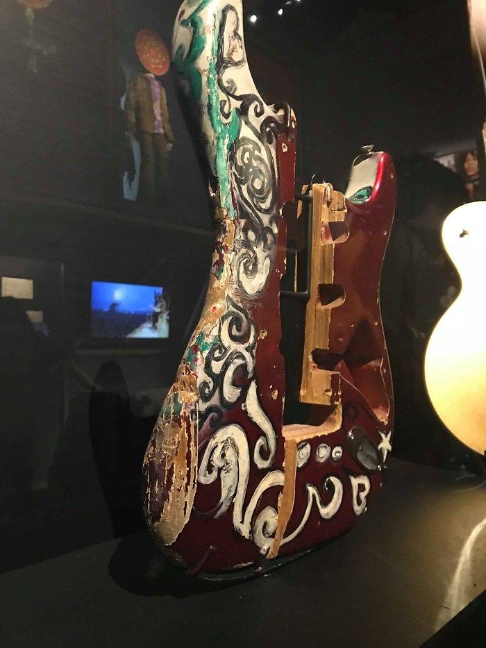 mostra revolution chitarra