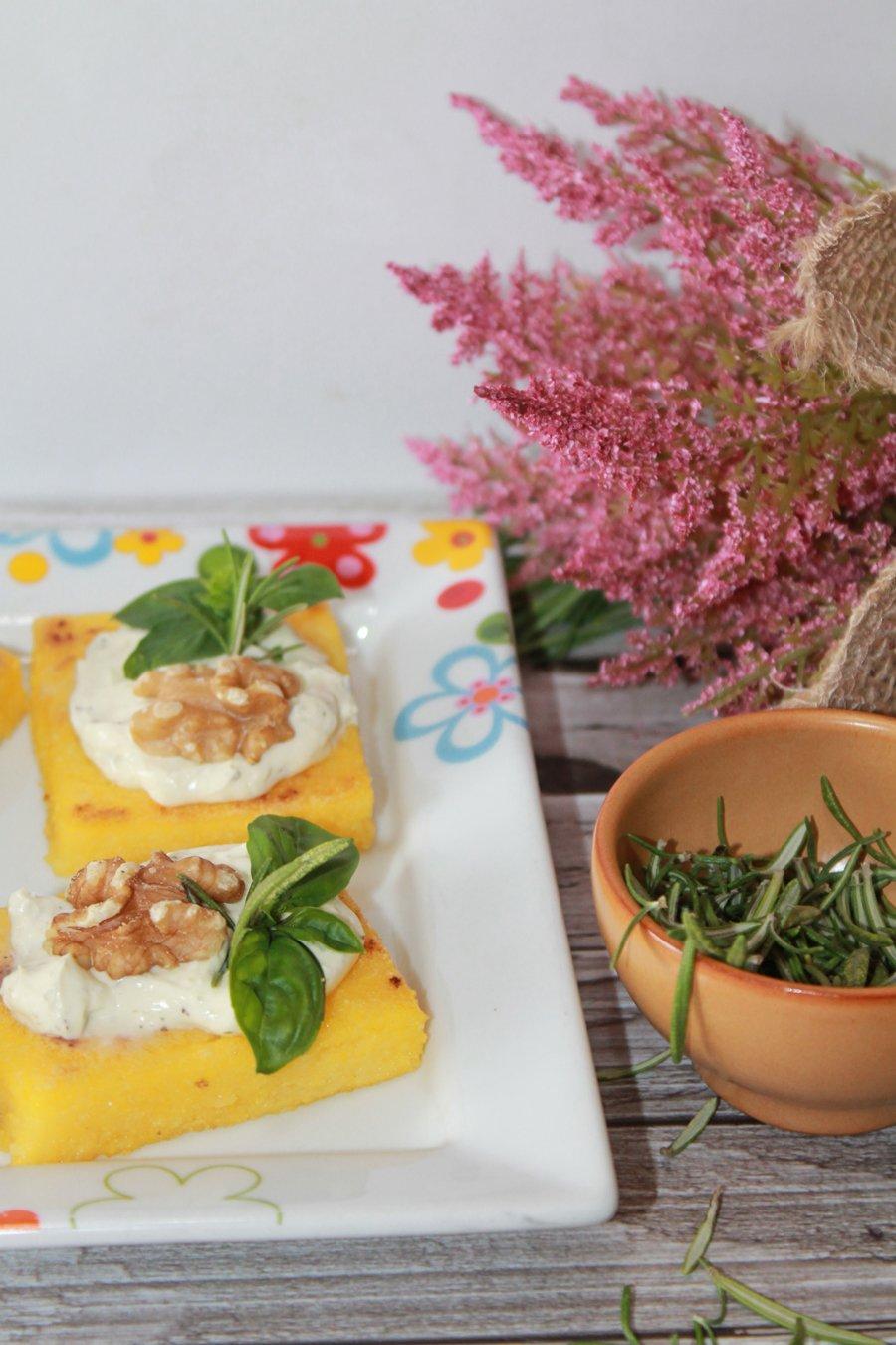 Ricetta quadrotti di polenta con noci e formaggio alle erbe (
