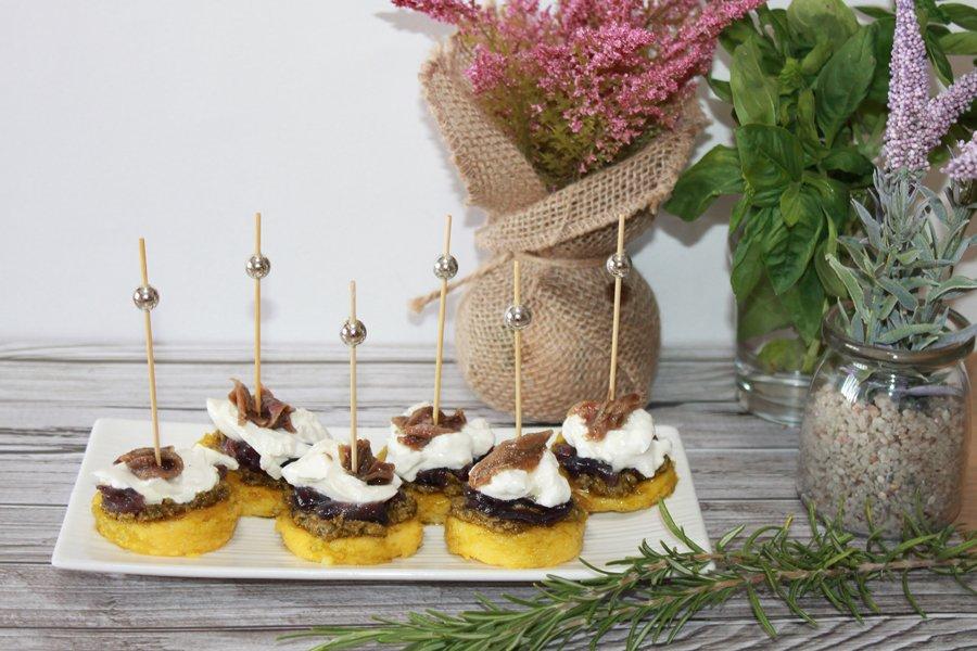 ricetta medaglioni polenta cipolle pesto acciughe
