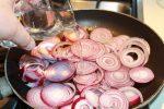 Ricetta medaglioni di polenta con cipolle, pesto e acciughe