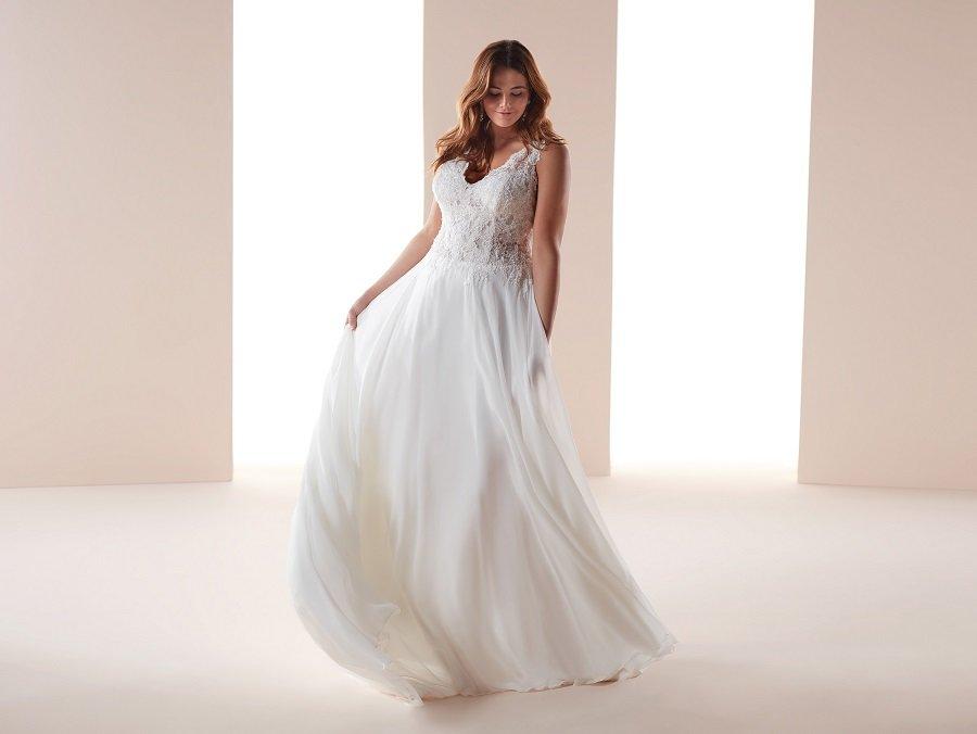 69e659942e0f ... matrimonio si cerca l abito migliore per valorizzare le curve senza  mortificarle. Oggi parliamo di tendenze abiti da sposa curvy con modelli  colorati ed ...